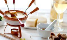 #Fondü – Gyerekszületésnapokon népszerűek az édes fondük, általában olvasztott csokoládéval, melybe gyümölcsdarabokat (alma, banán, körte, eper, ananász, szőlő stb.) mártogatnak egy villával Fondue, Menu, Panna Cotta, Cheese, Ethnic Recipes, Food Trip, Top Restaurants, Marseille, Menu Board Design