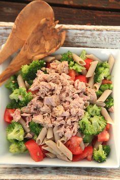 sałatka z makaronem i tuńczykiem. Fried Rice, Cobb Salad, Salads, Food And Drink, Health Fitness, Beef, Meals, Chicken, Ethnic Recipes