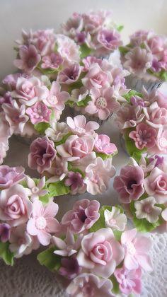 Flowers cupcakes by Anita Jama Flowers Cupcakes, Pretty Cupcakes, Beautiful Cupcakes, Easter Cupcakes, Christmas Cupcakes, Flower Cakes, Cupcake Art, Cupcake Cookies, Fancy Cakes