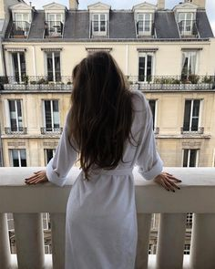 parisian style And suddenly you know. its time to start something new and trust the magic of new beginnings Classy Aesthetic, Aesthetic Girl, Parisian Chic, Mode Outfits, Ulzzang Girl, Belle Photo, Girl Photography, Aesthetic Pictures, Long Hair Styles