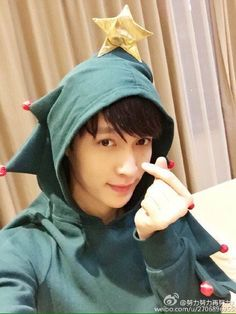 "151224 LAY Weibo update:  ""Christmas Eve. Sending everyone a christmas tree"""