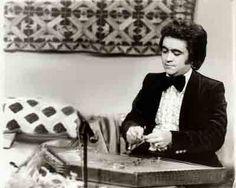 سبک آهنگسازی وی کاملاً دلنشین، عامیانه و به روز است شاید بتوان گفت وی، تنها آهنگسازی است که مطابق با زمان، اهنگها را خلق میکند.  تا قبل سال۱۳۵۷ همکاری زیادی با خوانندگان مشهور ان دوره داشته است. وسبک آهنگسازی وی کاملاً حال وهوای ان روزگار را بیان میکند.