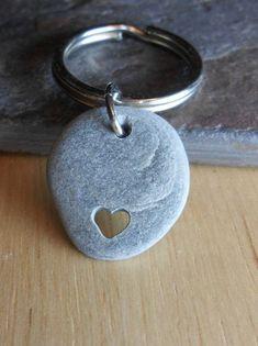 Heart Drilled Stone Key Chain - Neutral Colors: Gray, Brown, Silver - Pebbles and Beach Stones Stone Crafts, Rock Crafts, Rock Jewelry, Stone Jewelry, Ideas Dremel, Dremel Projects, Sculpture Dremel, Dremel Carving, Art Pierre