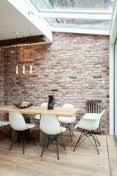 mur en briques rouges et sol en parquet clair, verriere interieure pas cher