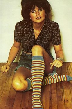 My favorite. Linda Ronstadt with a Gibson bun and roller girl disco socks. 70s Music, Music Icon, Rock Music, Music Songs, Beautiful Voice, Beautiful People, Beautiful Ladies, Women Of Rock, Norma Jeane