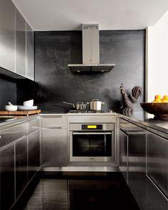 Parede Preta e Aço na Cozinha