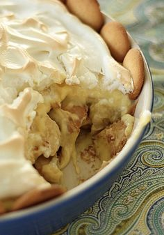 Delicious Quick Southern Banana Pudding lined with Nilla Wafers - an easy to make dessert recipe to share with your favorite right after dinner. #QuickBananaSouthernPie