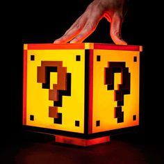 Cette lampe Super Mario Bros en forme de bloc question rajoutera dans ta chambre une petite touche de.........Mario.