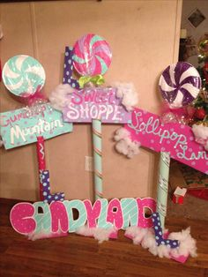 Candyland themed lollipop signs for birthday party. I don't like the plates but love the signs. Candy Themed Party, Candy Land Theme, Party Themes, Ideas Party, Candy Land Christmas, Candy Christmas Decorations, Candy Land Decorations, Candyland, Office Christmas
