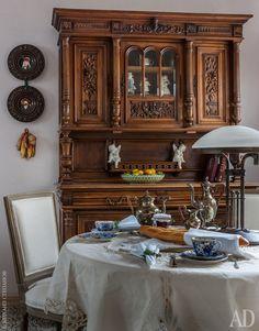 """На кухне антикварный буфет, приехавший из Бордо, и стол из """"Мастерской Кати Гердт"""", сервированный посудой Императорского фарфорового завода."""