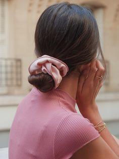 Chouchou satin rose - Naya – Scrunchie is back Work Hairstyles, Scarf Hairstyles, Pretty Hairstyles, Scrunchies, Inspo Cheveux, Looks Pinterest, Good Hair Day, Hair Goals, Her Hair