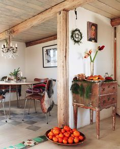 """Charlotta skippade matta under matbordet och målade i stället grå rutor på trägolvet. Listen mellan rummen har hon ersatt med en rad kakelplattor i golvet. """"Sjuan""""- stolarna är köpta på auktion."""
