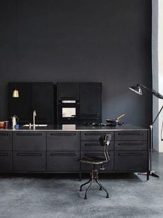 New kitchen black concrete cuisine Ideas Kitchen Flooring, Kitchen Furniture, Kitchen Interior, Kitchen Layout, New Kitchen, Kitchen Design, Black Kitchens, Cool Kitchens, Kitchen Black