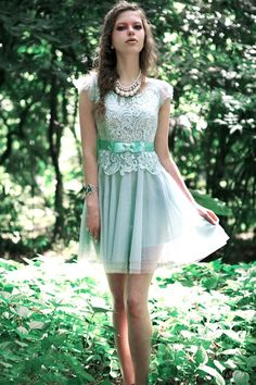 Dress made of chiffon, featuring round neck, short sleeves, high waist, flower pattern to main, in knee length cut.
