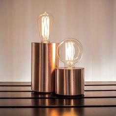 Abajures decorativos em cobre polido. Lâmpada de filamentos de carbono. Medidas para a grande: Altura 18 cm com diâmetro 10cm. Medidas para a pequena: Altura 9 cm com diâmetro também 10 cm.