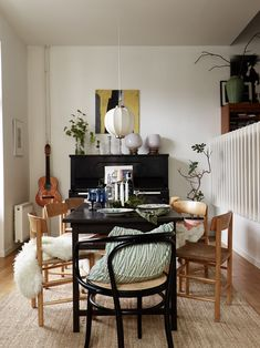 Birthday Home Decoration . Birthday Home Decoration Couch Magazin, Compact Living, Beautiful Interior Design, Dining Table Chairs, Dining Room Design, Home Interior, Home Decor Accessories, Cheap Home Decor, Interior Inspiration