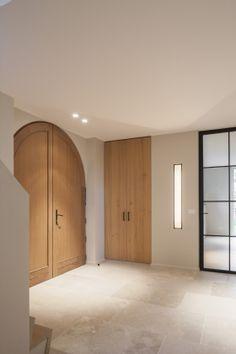 Eiken deuren   zwarte glazen stalen deur   ingebouwde wandverlichting