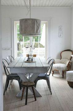 Une grand table rustique patinée pour la salle à manger.