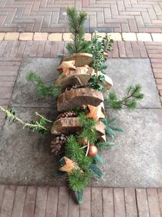 xmas deco with slices of tree stump - (re)Pinned by Idea Concept Design. Christmas Planters, Christmas Arrangements, Christmas Bows, Christmas And New Year, Vintage Christmas, Floral Arrangements, Christmas Holidays, Christmas Crafts, Christmas Decorations