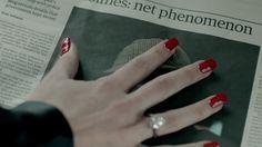 Irene Adler acaricia la foto de Sherlock Holmes.  Scandal at Belgravia. #SHERlocked