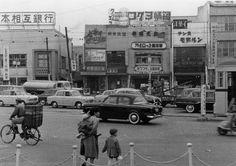 品川写真館 五反田駅前パノラマ 手前、子供を連れ通りを渡ろうとする女性 1954年(昭和29年) 東五反田1丁目