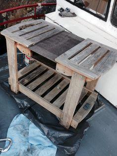 Vanha tarjoilupöytä veneen kannella