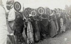 Potret sekelompok perempuan dengan kipas selama pesta di Sulawesi, sekitar 1932 Makassar, Old Pictures, Mount Rushmore, Indie, Mountains, Nature, Painting, Art, Nostalgia