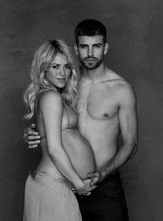 Shakira compartió una foto de ella junto a Piqué en su página oficial de Facebook, en la que aparece con una falda y la parte de arriba de un bikini, mostrando su barriguita de embarazo. Se espera que la intérprete dé a luz durante este mes, así que en cualquier momento llegará la buena nueva.