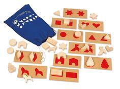 Choisissez une carte et retrouvez la forme représentée dans le sac. Permet de travailler la discrimination tactile et l'association des sens vue-toucher. Existe en 2 modèles : le 1 avec des formes planes (dès 3 ans) et le 2 avec des formes 3D (dès 6 ans). Dim cartes 16 x 8 cm, 36 pièces en bois.