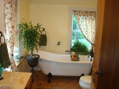 Country Bathroom--LOVE the curtains Old Farm Houses, Clawfoot Bathtub, Bathroom Renovations, Old Farmhouses, Bathroom Remodeling