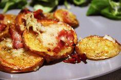 Voici encore une recette américaine qui m'a scotchée par sa simplicité et son goût franchement canon. Les potato rounds, comme leur nom l'indique, sont des rondelles de pommes de terre...   Mais encore? Elles sont cuites au four, et gratinées dans un mélange de cheddar, bacon et sauce barbecue... Il n'en fallait pas plus [...] Veggie Recipes, New Recipes, Cooking Recipes, Cheddar, Baked Potato, Food And Drink, Homemade, Vegetables, Breakfast
