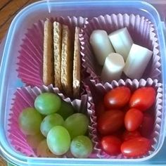 Paper muffin cup liners as food dividers in lunch container