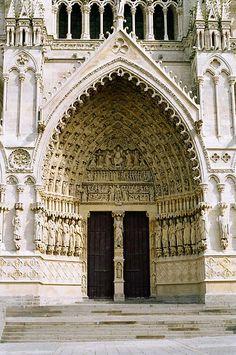 Pórtico de entrada da Catedral de Amiens, no departamento de Somme, região da Picardia, norte da França.  Fotografia: Andrew Littlewood & Karl … no Flickr.
