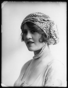 Ethel Lawson, 1913 - Love the hat and necklace!