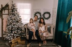 holiday christmas family photo mini session tree gold gifts wreaths sofa couch siblings