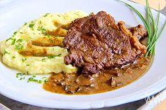 Hovězí loupaná plec je přední hovězí maso, které se díky svým vlastnostem může připravovat i jako maso ze zadní části zvířete. Díky své tukové vrstvě se výtečně hodí na silné a dlouho tažené vývary a omáčky. Tento recept je na přípravu hovězího masa v pomalém hrnci. Main Meals, Steak, Side Dishes, Beef, Food, Meat, Essen, Steaks, Meals