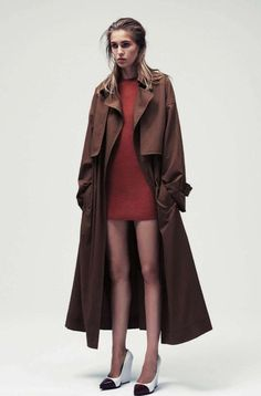 LE FASHION BLOG VOGUE GERMANY EDITORIAL Knoepfel Indlekofer Nicola Knels Nadja Bender CHIC MINIMAL CASUAL FRENCH EASY HAIR LONG BROWN TRENCH COAT RED SWEATER DRESS CELINE CAP TOE WEDGES WHITE RED TOE NATURAL BEAUTY 7