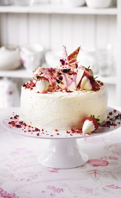 Try Martha Collison's (Great British Bake Off finalist) recipe for strawberry, Champagne and rose layer cake crowned with shards of white chocolate and dipped strawberries. Find the full recipe on the (Strawberry Cake) Strawberry Dip, Strawberry Recipes, Strawberry Champagne, Strawberry Sponge Cake, Strawberry Birthday Cake, Chocolate Strawberry Cake, Strawberry Buttercream, Chocolate Strawberries, Strawberry Shortcake