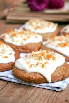 Carrot Cake Cookies with honey and cream cheese frosting - Cookies so weich wie Kuchen, aber so knusprig wie Kekse. Carrot Cake Cookies mit Walnüssen und Frischkäse Glasur. Zum Rezept verraten wir auch unsere Tipps für besonders weichen Cookie Teig www.easytasting.com