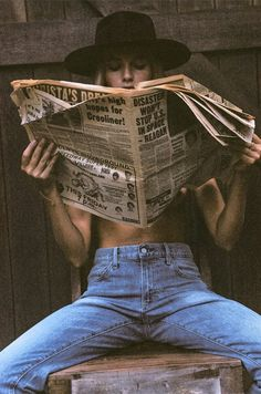 Photoshoot ideas for women Girl reading newspaper The Frame Chain Unveils their New Summer Campaign Model Poses Photography, Vintage Photography, Creative Photography, Fashion Photography, Country Girl Photography, Modelling Photography, Edgy Photography, Indoor Photography, Travel Photography