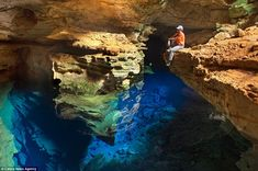Located in Chapada Diamantina National Park, it appears as though the cave is 'invisible' as its difficult to tell where the water begins All Nature, Amazing Nature, Best Digital Slr Camera, Underground Pool, Floating In Space, Hobby Photography, Photography Courses, Photography Ideas, Rare Images
