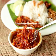 Chilli Anchovies/Sambal Ikan Bilis 参巴江鱼仔 A good Nasi lemak is never complete without this fiery accompaniment. A good sambal makes the nasi lemak dish. This sambal is simple yet so good it is sinful not to take a bite. Curry Recipes, Fish Recipes, Seafood Recipes, Asian Recipes, Cooking Recipes, Healthy Recipes, Delicious Recipes, Indonesian Recipes, Duck Recipes