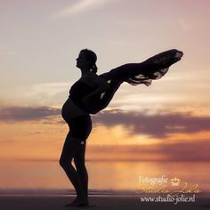 Silhouetten #silhouette #zwanger #foto #idee #zwangerschap #fotoshoot #buik #zwangerschapsfotografie #buiten #strand #bollebuik