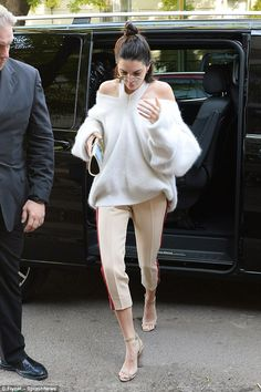 Make-up free Kendall Jenner flashes her shoulders | Daily Mail Online