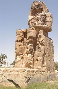 Detalle de uno de los dos COLOSOS DE MEMNON. Están situados en la zona oeste de Tebas. Originalmente flanqueaban la entrada del templo mortuorio del faraón Amenhotep III (totalmente destruido en la actualidad)