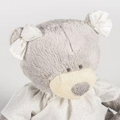 La peluche ours par Pasito a pasito ultra douce, accompagne l'enfant dès la naissance.