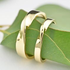 Our mobius rings are inspired by a mathematical design that translates beautifully to jewelry and is made with polished 14K yellow gold from recycled sources. One ring will measure approximately 2.65mm wide and the other will measure approximately 4mm wide. These rings will be made to order for you in our Seattle jewelry studio, please allow up to 2-3 weeks for production.  Click here to see all of our Mobius-inspired designs ↓ https://www.etsy.com/shop/LilyEmmeJewelry&#x2...
