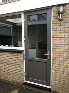 Grijs is helemaal in Quartz grijs zeker. Kunststof deur helemaal in stijl. Windows, Outdoor Decor, Decor, Garage Doors, Home, Doors, Home Decor