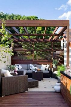 Salon de jardin en déco terrasse avec petite pergola et brise-vue