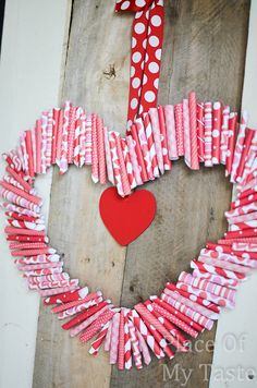 Use This Paper Valentine Wreath Tutorial to make a fun Wreath for Valentine's Day! Aniko from Place of My Taste Shows Us How! Valentine Wreath, Valentines Day Party, Valentines Day Decorations, Valentine Day Crafts, Valentine Heart, Holiday Crafts, San Valentin Ideas, Saint Valentin Diy, Valentines Bricolage